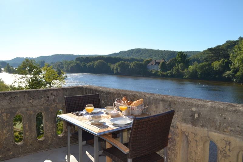 Petit-déjeuner avec une vue imprenable sur la rivière Dordogne
